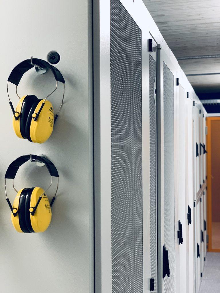 Foto von Serverschränken und aufgehängte Kopfhörer
